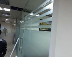 Đề can dán kính mờ văn phòng có bền không?