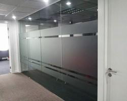Decal dán kính mờ văn phòng đẹp cách âm cửa kính.