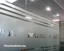 Sử dụng miếng dán kính mờ điểm nhấn cho văn phòng