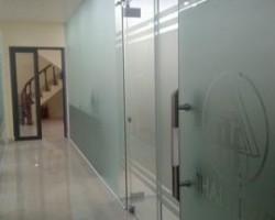 giấy dán kính mờ che mờ cửa kính văn phòng GM06